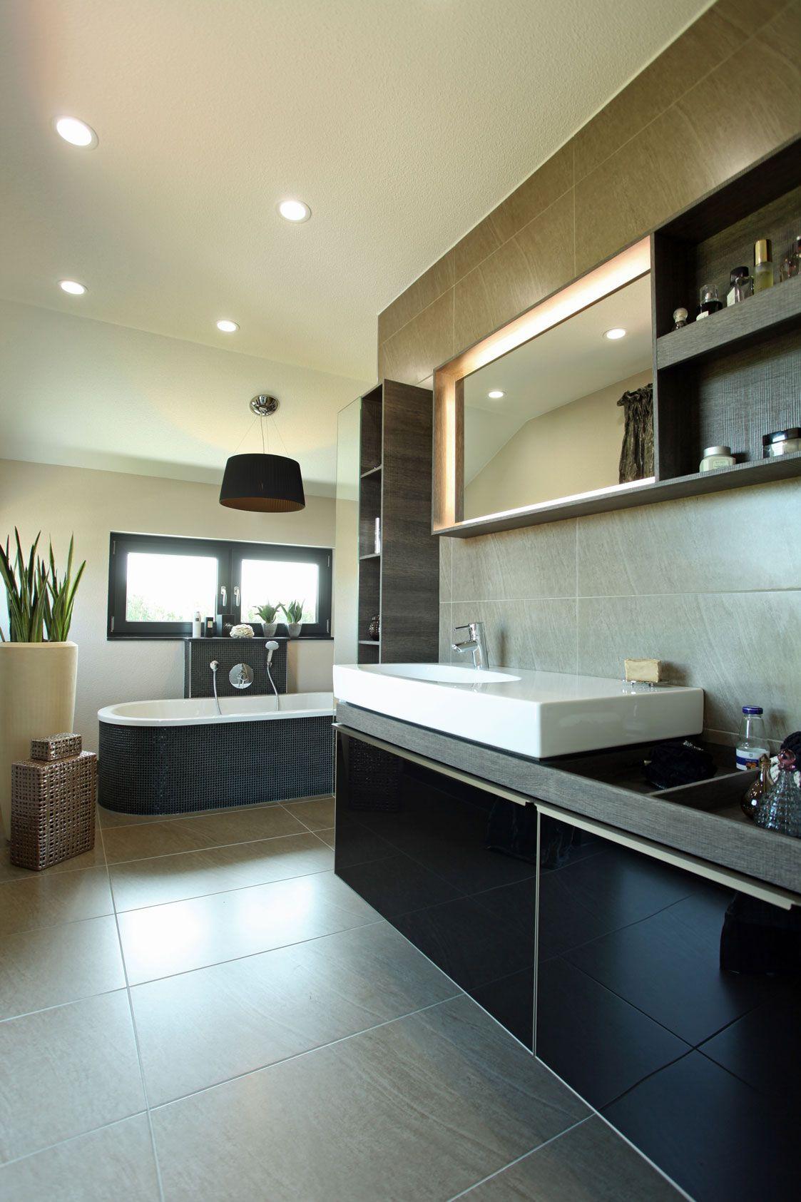 Wohnidee Geraumiges Badezimmer Mit Freistehender Badewanne In 2020 Musterhaus Haus Fertighauser