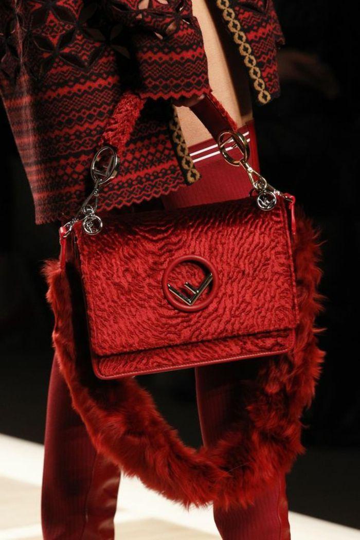 sac à dos femme cuir en rouge vermeille avec l initiale de Fendi renversée a bae72c45ac3