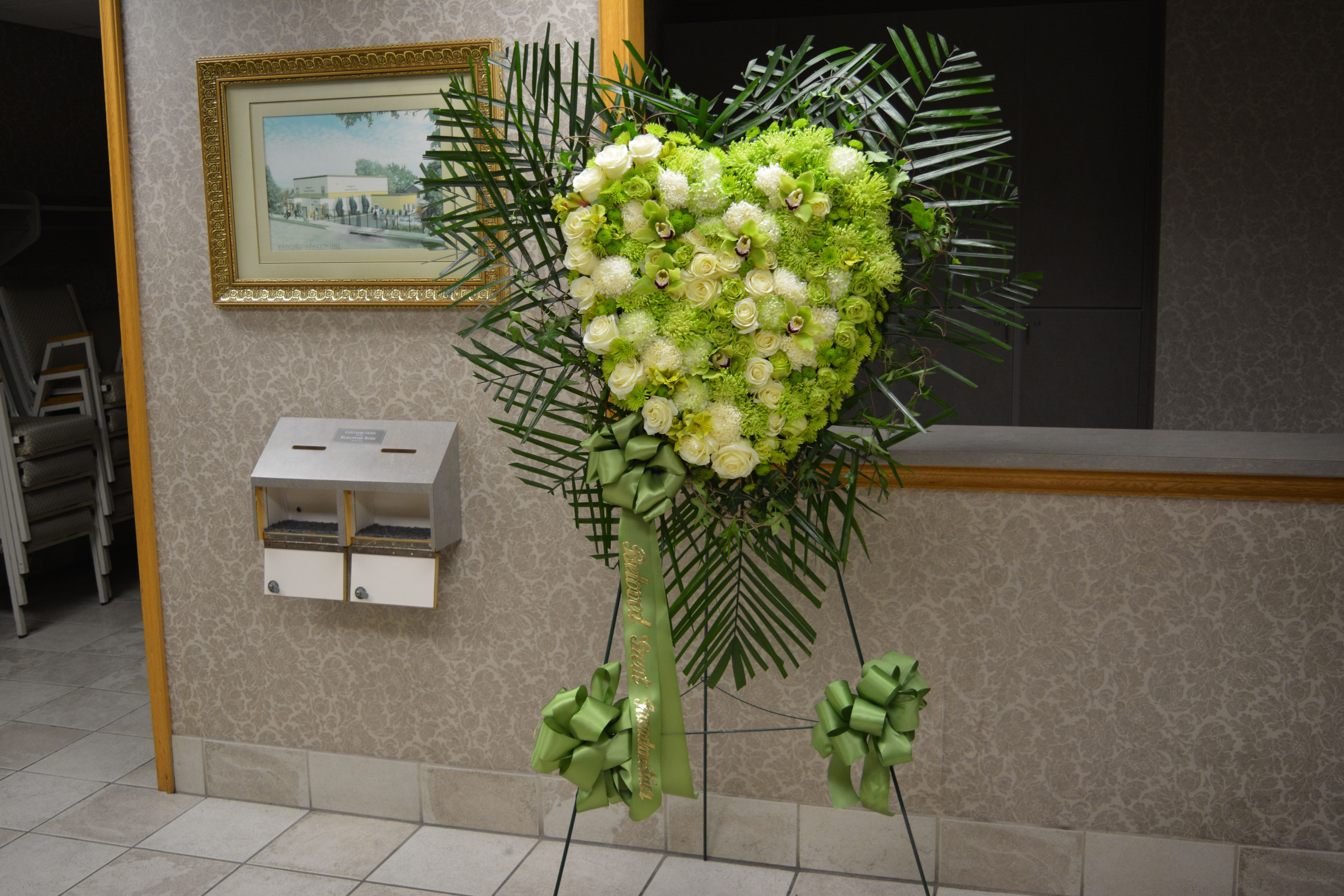 Green u white heart stand green roses white roses green orchids
