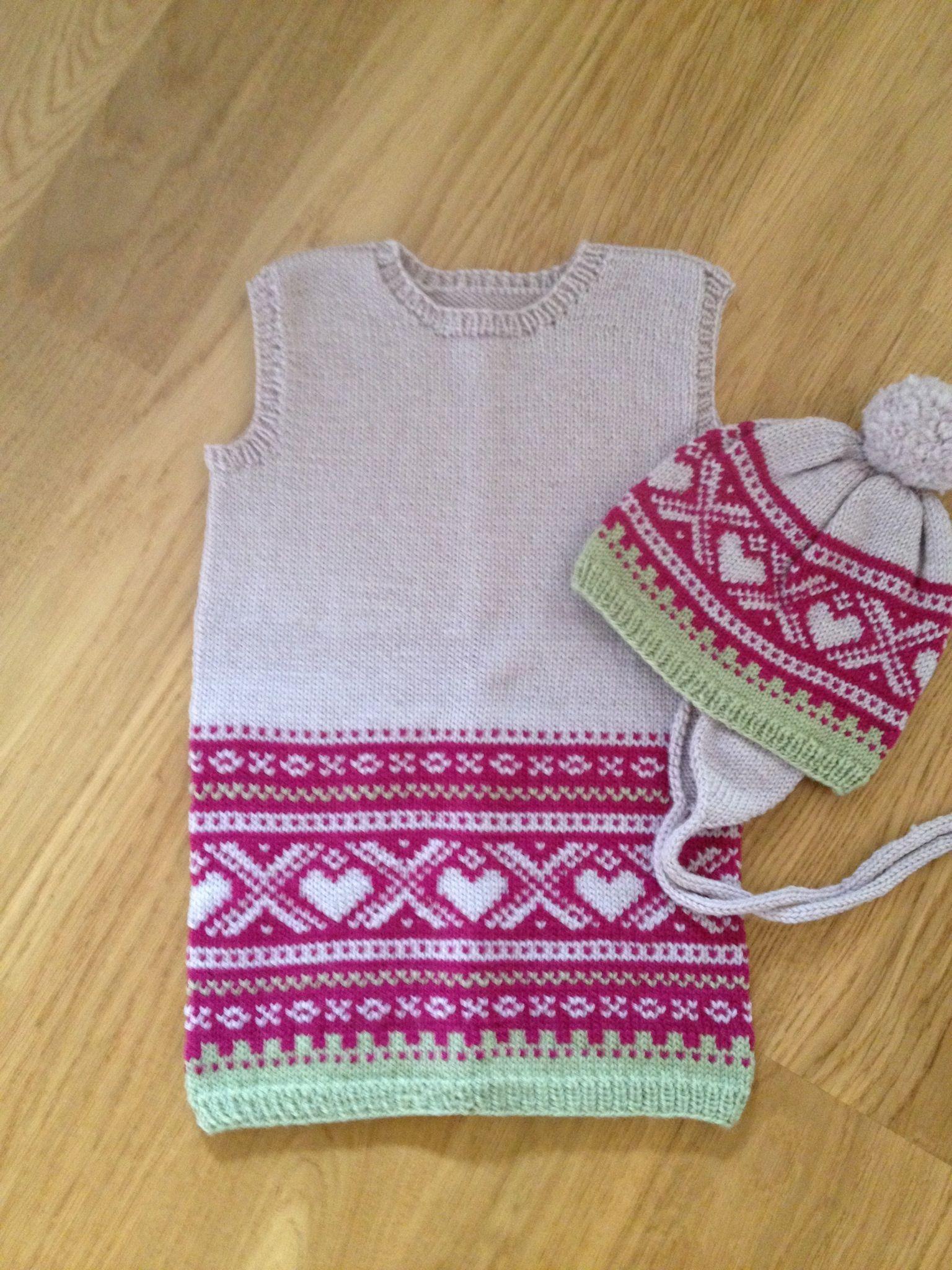 Photo of Måtte bruke opp restegarn og da ble det Marius kjole med hjerter og lue, strikk…
