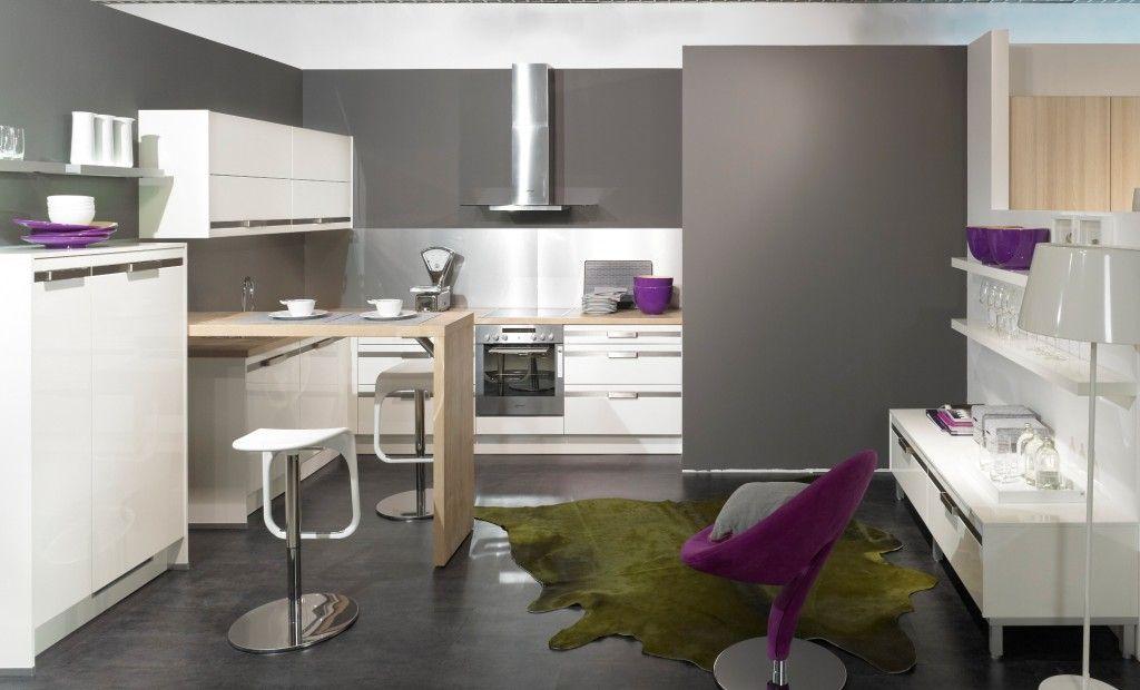 Une cuisine moderne en gris béton et prune Cuisine and Kitchens