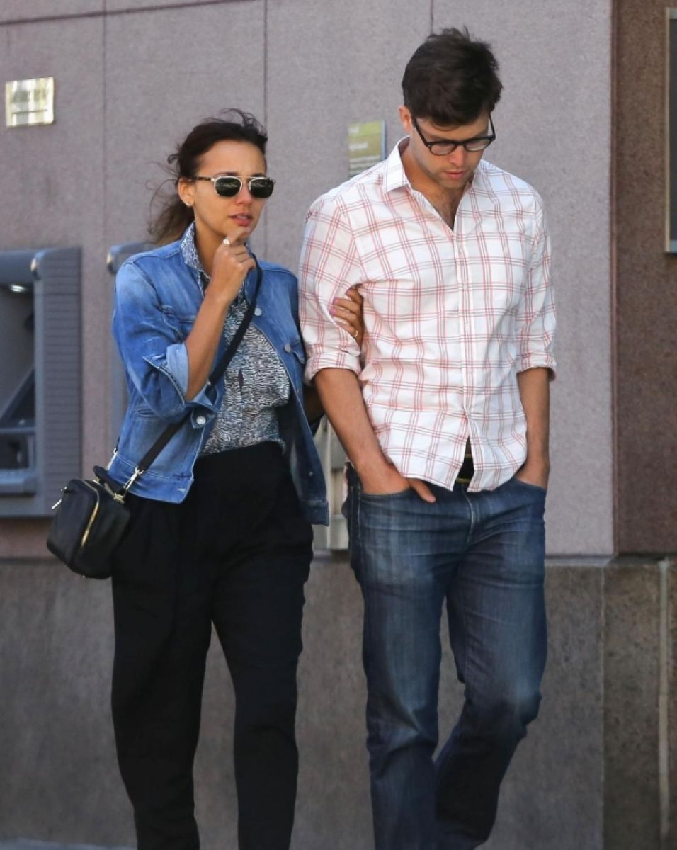 Snl S Colin Jost Is Dating His Longtime Girlfriend Rashida When Do They Plan To Getting Married Saturday Night Live Rashida Jones Girlfriends