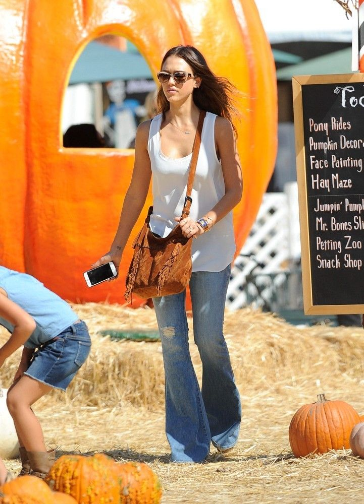 c43a088e01a7b Jessica Alba Flare Jeans | outfits | Flare jeans, Jeans, Fashion