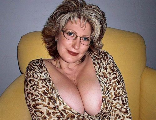 Beeautiful Facial!! cleavage mature women wannna suck that