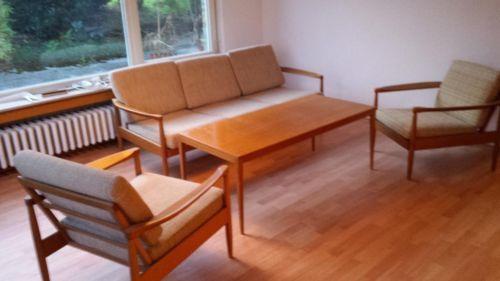 dreiersofa 2 sessel und couchtisch einer der sessel hat. Black Bedroom Furniture Sets. Home Design Ideas