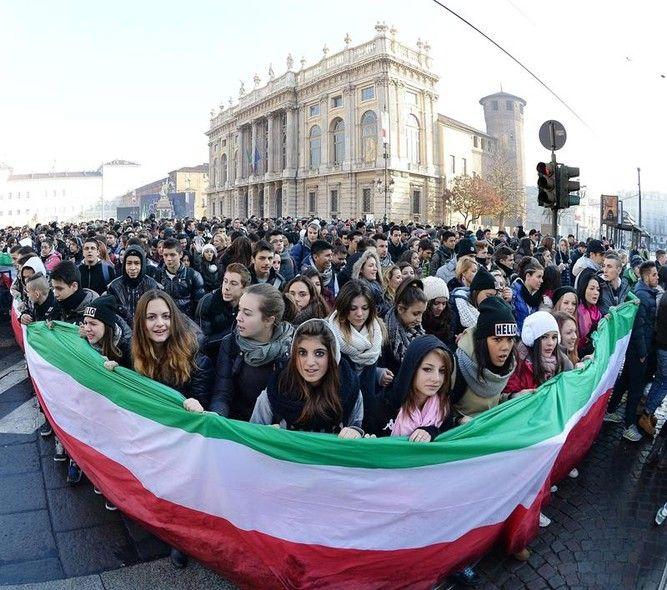 """Manifestantes carregam uma enorme bandeira durante protestos convocados pelo """"Movimiento de la Horca"""", em Turim, na Itália - http://epoca.globo.com/tempo/fotos/2013/12/fotos-do-dia-11-de-dezembro-de-2013.html (Foto: EFE/Di Marco)"""