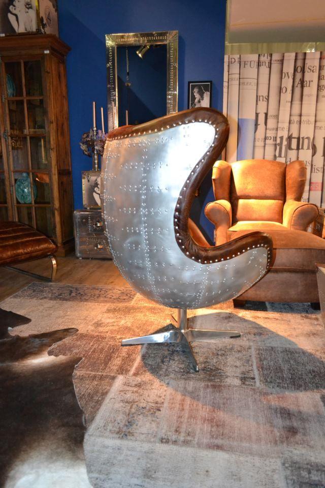 Unieke Egg Chair Met Relax Functie In Dik Leder.