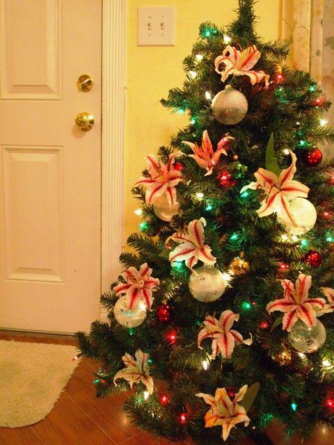 How To Make Fresh Christmas Tree Flower Ornaments Petal Talk Christmas Tree Flowers Flocked Christmas Trees Decorated Christmas Tree Ornaments