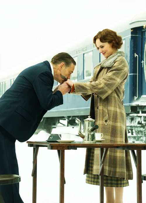 Kenneth Branagh & Daisy Ridley in 'Murder on the Orient Express' (2017).