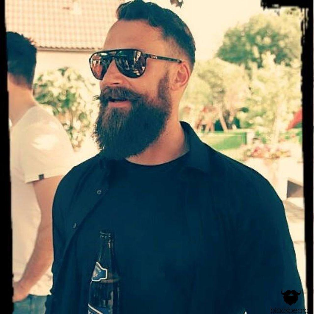 Thomas präsentiert hier stolz seinen großartigen Hollywoodian. Hab Dank für dein Bild uns deinen Beitrag an blackbeards.