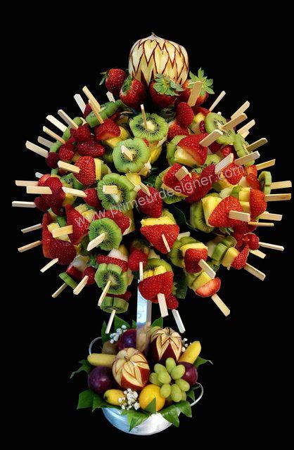 Arbre A Brochettes De Fruits Avec Sculpture Sur Fruits Sculptures De Fruits Fruits Et Legumes Brochette Fruits