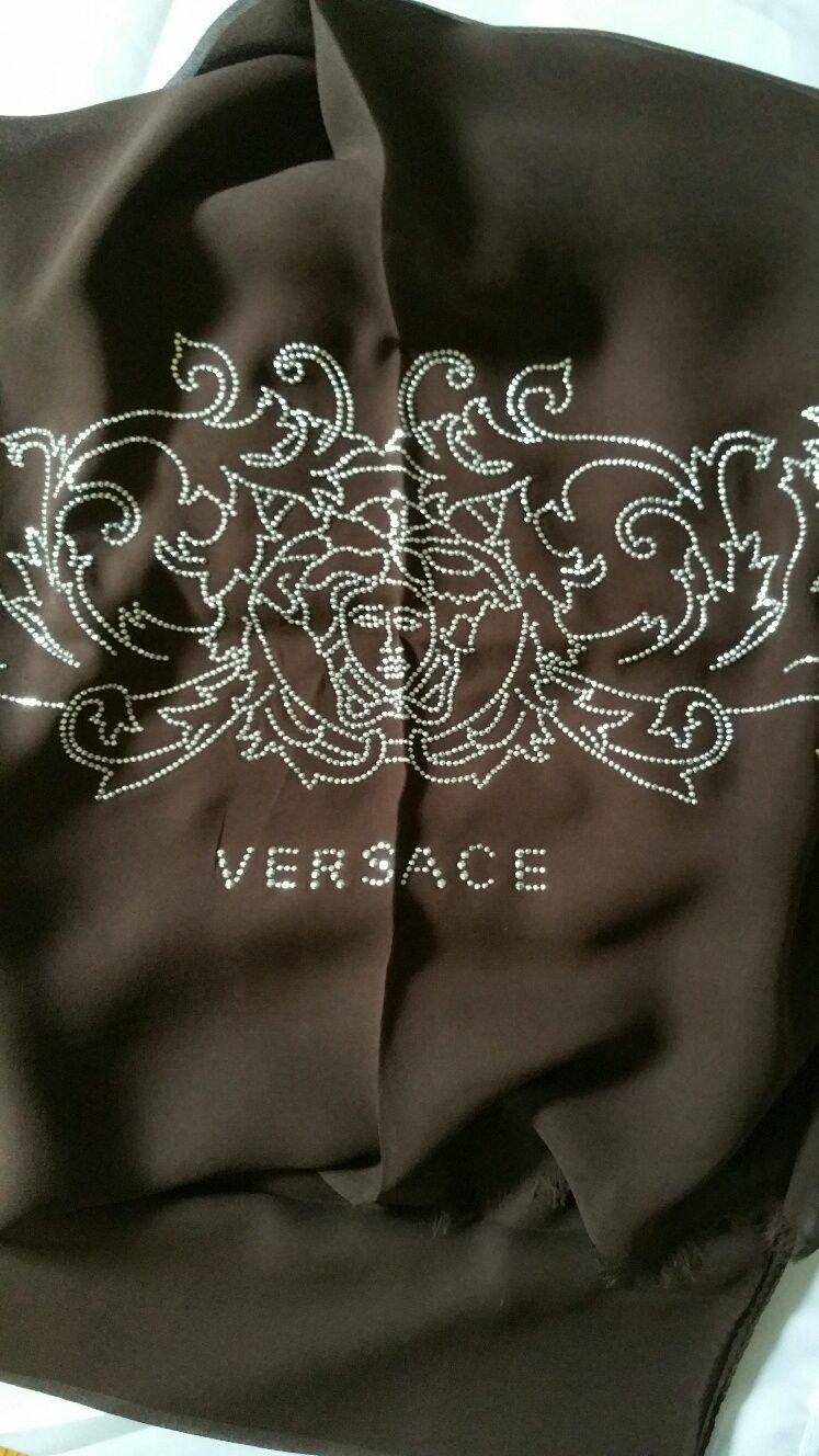 b8a24d98422b Coeur · Etole marron Versace   Coups de Coeur   Achetez des articles de luxe  neufs certifiés
