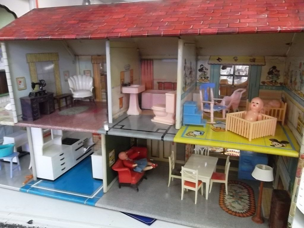 This tin doll house looks exactly like the one my grandmom had! I ...