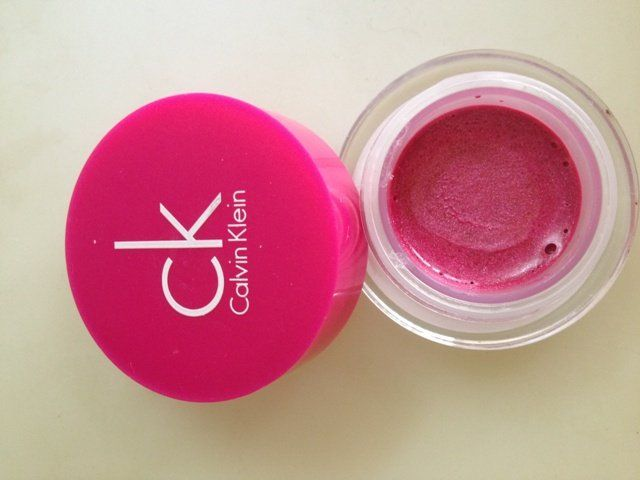 Calvin Klein, Ultimate Edge, Lip Gloss, Fuchsia, review, pretty shade, pigmented, no tugging or pulling, does not settle in fine lines, no feathering or bleeding, hydrates, fragrance free
