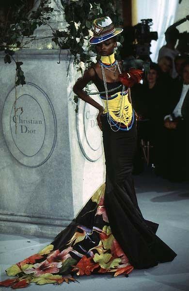 La primera colección de Galliano para Dior, con enormes referencias a la tribu o los guerreros Masái en Kenia y Tanzania. / Galliano's very first collection for Dior with a huge reference to the Masai Tribe/Warriors in Kenya and Tanzania. Spring Summer 1997