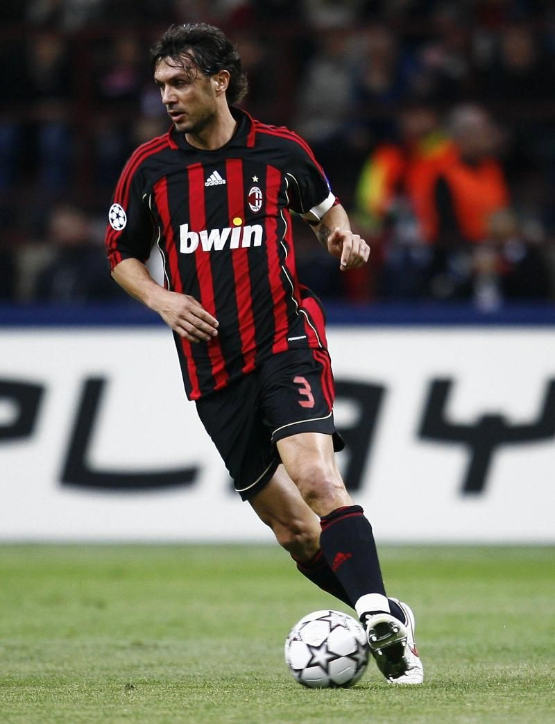 Maldini Incredible Legend Pure Class And One Of My Favorite Players One Of The Big Reasons Why I Follow Ac Milan Pemain Sepak Bola Olahraga Sepak Bola