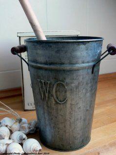 Seau zinc et brosse de toilette, décoration brocante