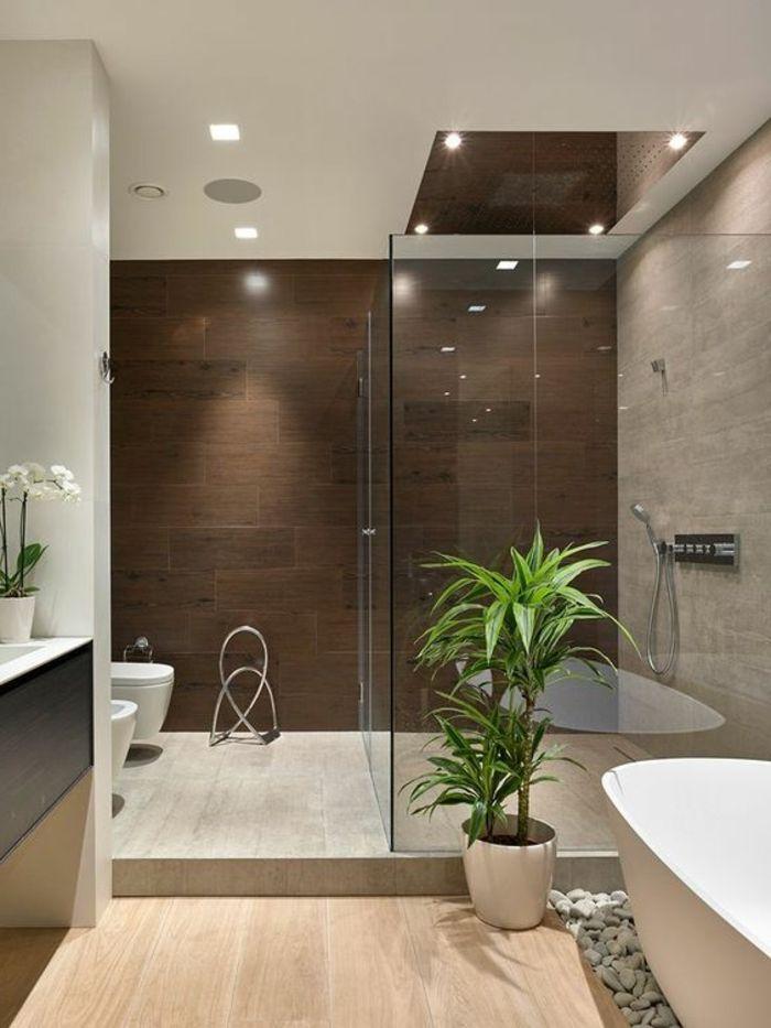 idee salle de bain baignoire blanche ovale galets dcoratifs plante verte carrelage imitation bois