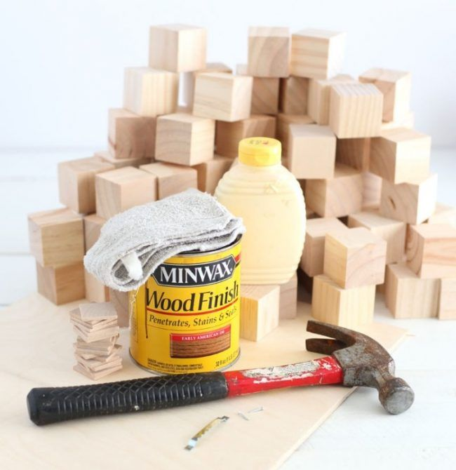 Wanddeko holz selber machen  wanddeko-holz-selber-machen-wuerfel-lasur-hammer-klebstoff | deko ...