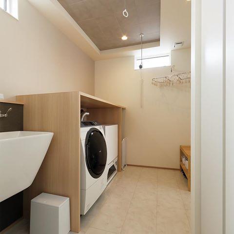 洗濯室兼脱衣室 深型の洗い場と室内干し模様兼ねた設計 湿気防止の