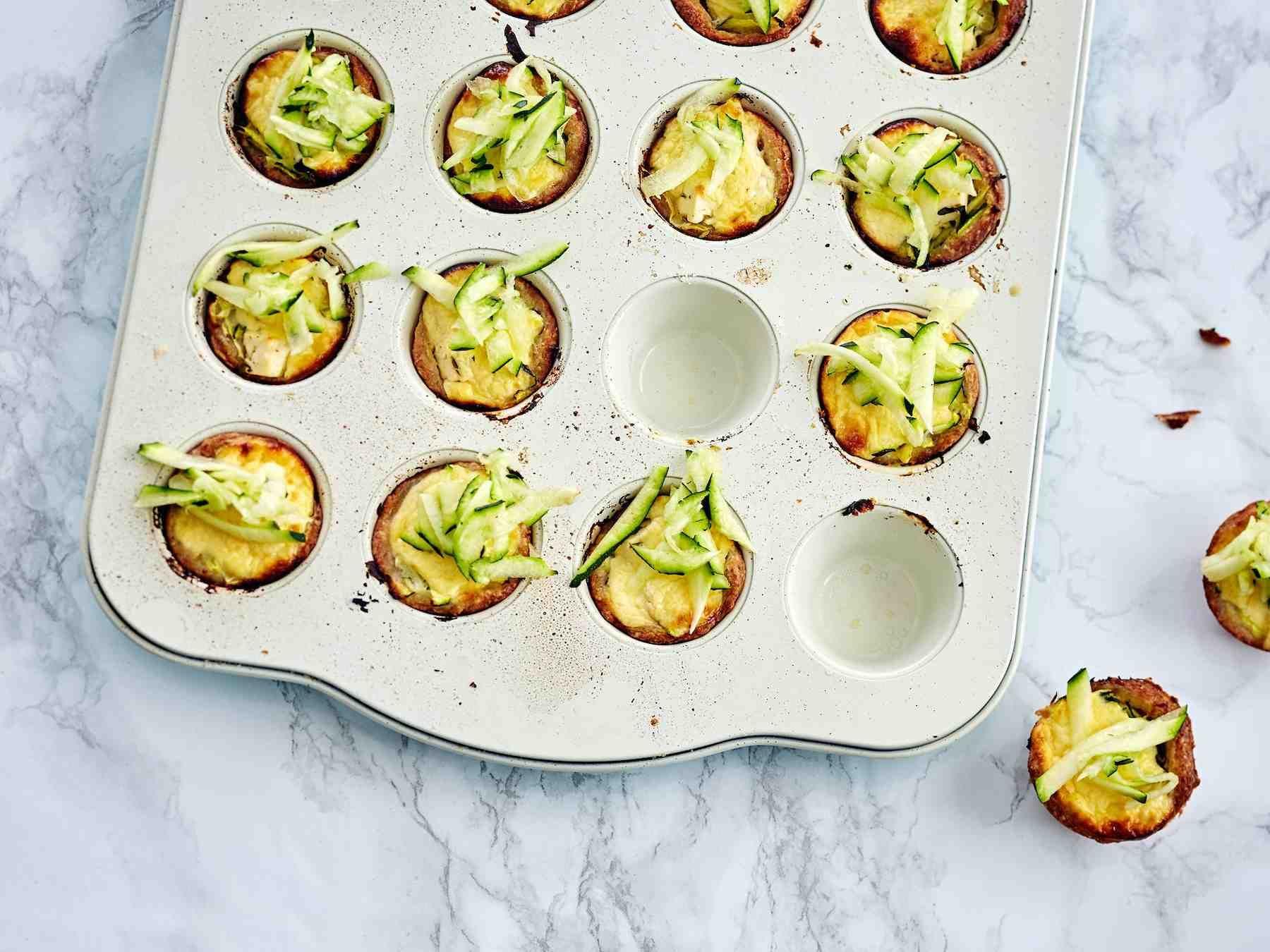 Kesäkurpitsa antaa mehevyyttä muffineille. Voit paistaa muffinit myös normaalikokoisissa muffinivuoissa.
