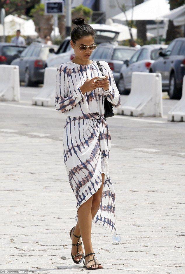 Goede Shanina Shaik finally emerges from Justin Bieber's yacht in Ibiza OQ-87