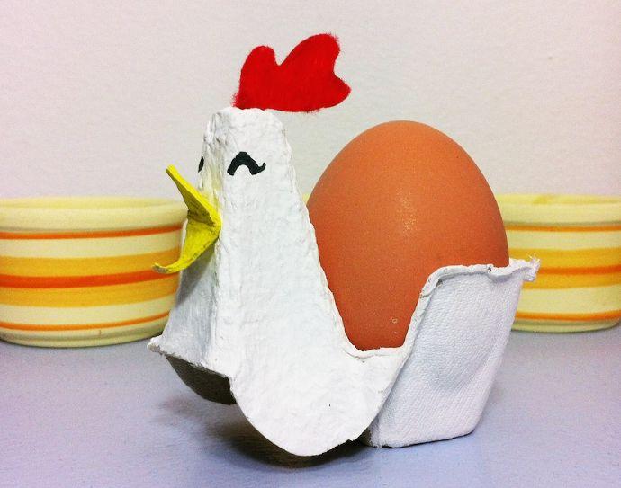 Manualidad de reciclaje para hacer con niños: cartón de huevos convertido en gallina huevera