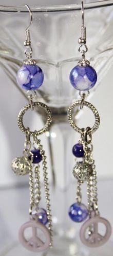 Lange oorbellen in paars, zilver met peace teken. 2.50