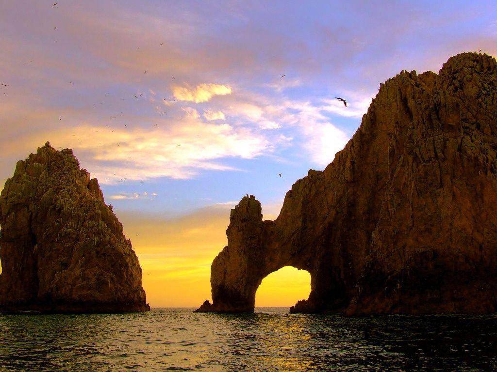 http://www.vocerealmentesabia.com/2013/01/arco-do-cabo-sao-lucas-mexico.html   O Arco de Cabo San Lucas é formado por arenito, que foi desgastado pela ação da chuva e do vento e possui 61 metros de altura.