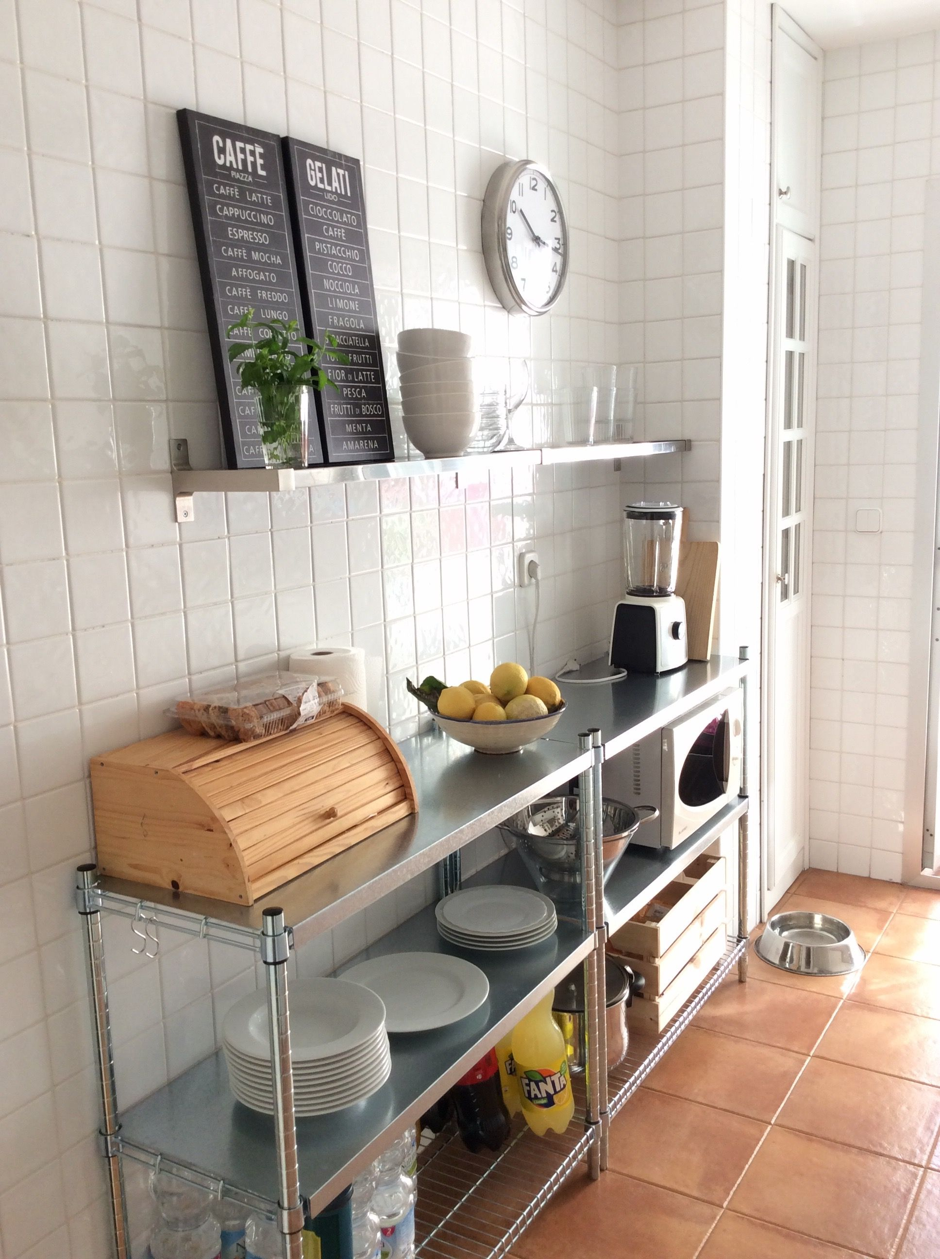 Cocina renovada con estanter as omar de ikea cocinas en for Estanterias para cocina ikea