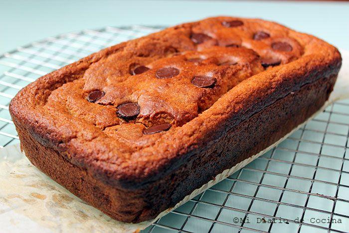 Delicioso y sencillo queque de banana con chips de chocolate, una buena para los niños, con ingredientes mucho más saludables.