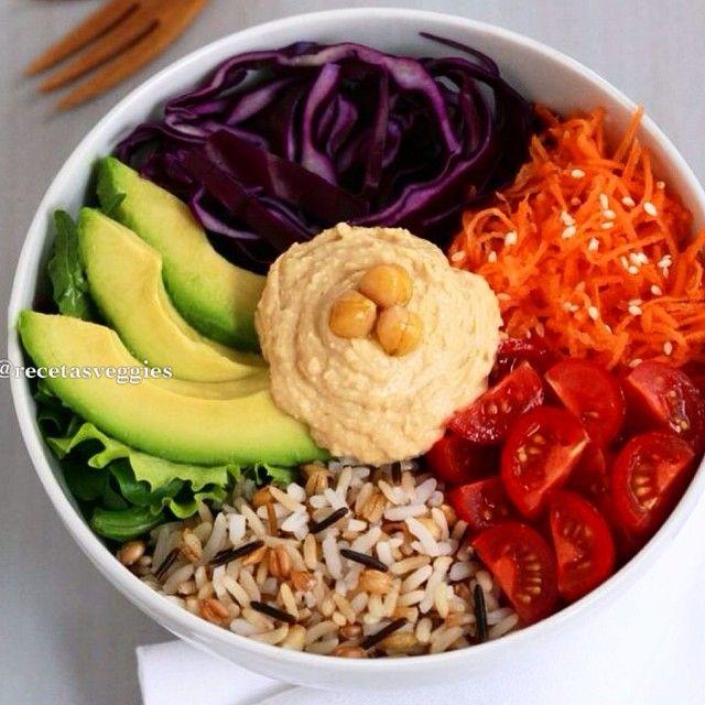 Hoy elegimos esta rica ensalada➡️ variedad de hojas verdes ➡️ palta ➡️ zanahoria ➡️ repollo ➡️ tomatitos cherry ➡️ arroz ➡️ hummus