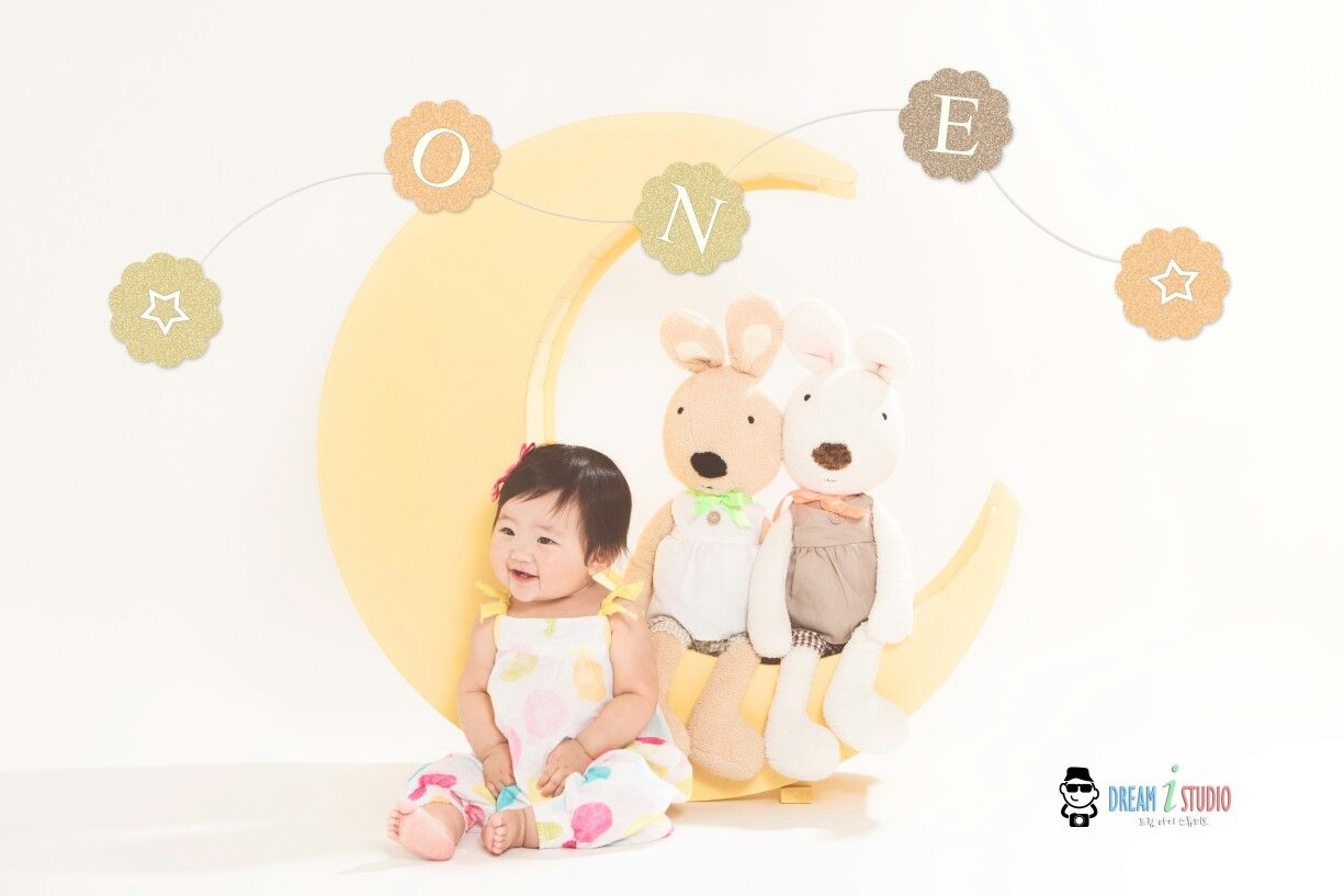 dream_i_studio#ilovedreamistudio, #moon, #1yr, #birthday, #birthdaygirl, #1yrbirthday, #firstbirthday, #studiosession, #생일, #돌사진, #스튜디오촬영, #달, #Happybirthday