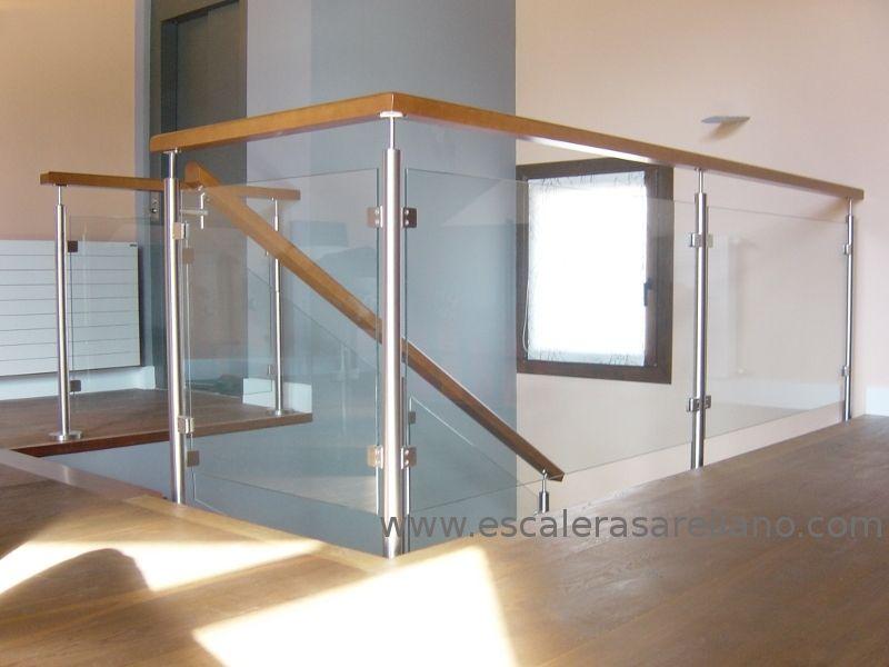 Baranda de escalera de vidrio y madera barandas modernas for Plano escalera madera