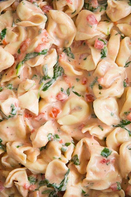 Creamy Spinach Tomato Tortellini - This is so easy to make and its sooooo incredibly delicious! More pictures like this on http://foodloverz.net