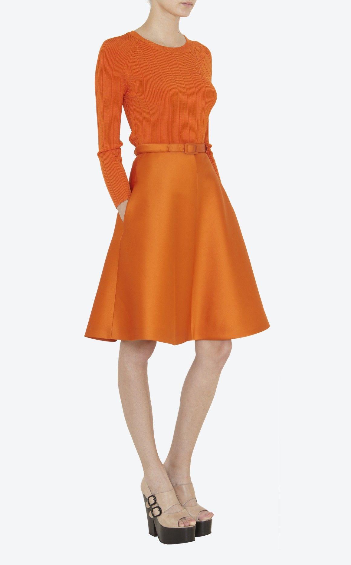 2084d90ab7dd Jupe piqué satiné orange, ceinture fine à la taille, grands godets, zip  milieu