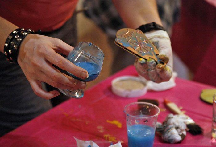 поделился с участниками мастер-класса хитростью: завершающим штрихом должно стать нанесение патины. Для этого акриловая краска необходимого цвета (синяя – для золота, зеленоватая – для меди) разводится в воде, и вещь просто обливается этим раствором. Жидкость задерживается вокруг контура и, высохнув, оставляет следы «окисления» на «металлической» вещи.
