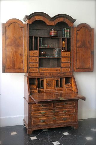 Walnut secretairy bookcase England , Georgian 18th cent . Some parts are well restored at the end of the 19the cent