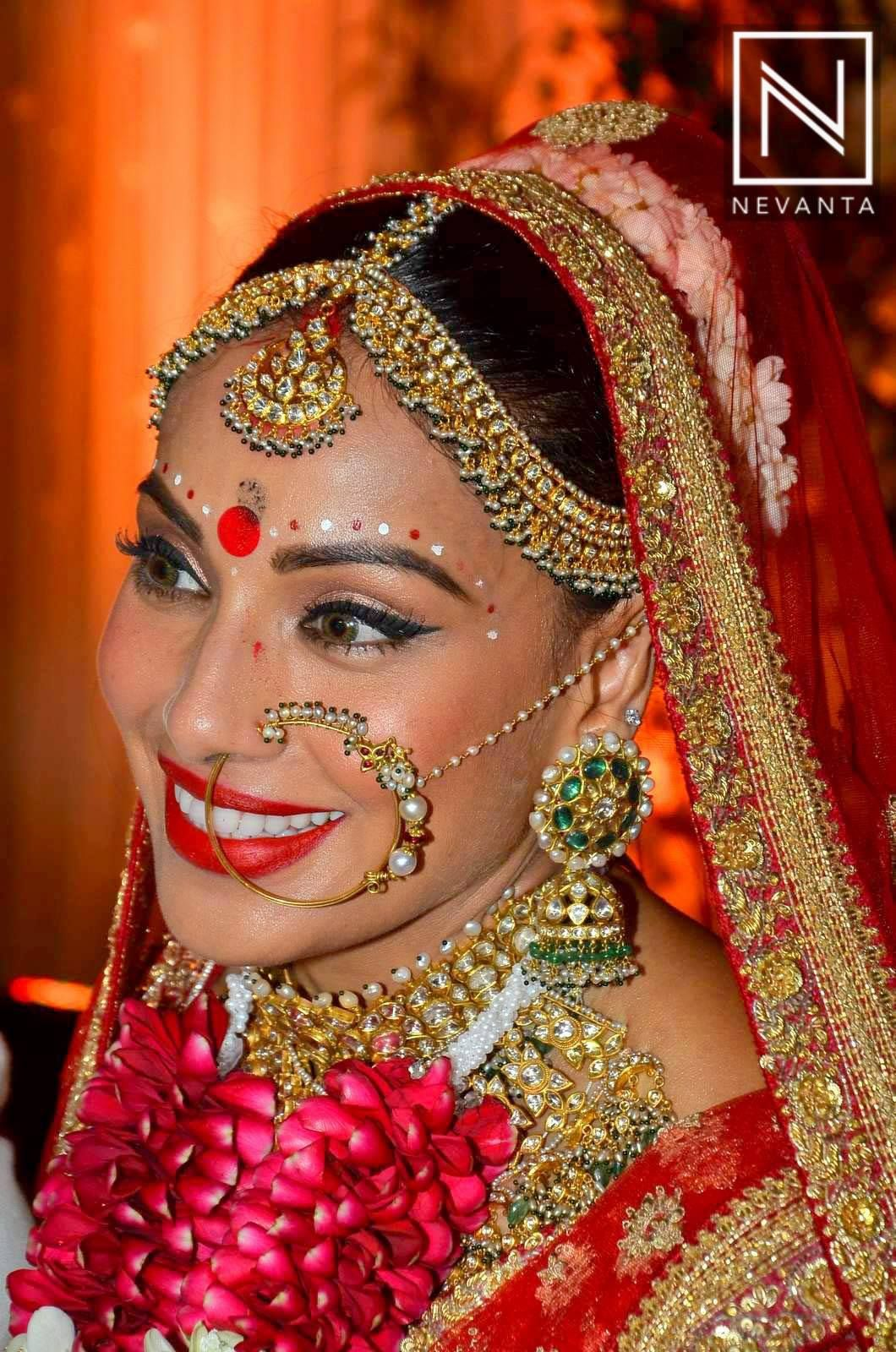 Bengali bridal gold jewellery -  Bipashabasu Made A Beautiful Bengali Bride In Red With Contrasting Jewellery