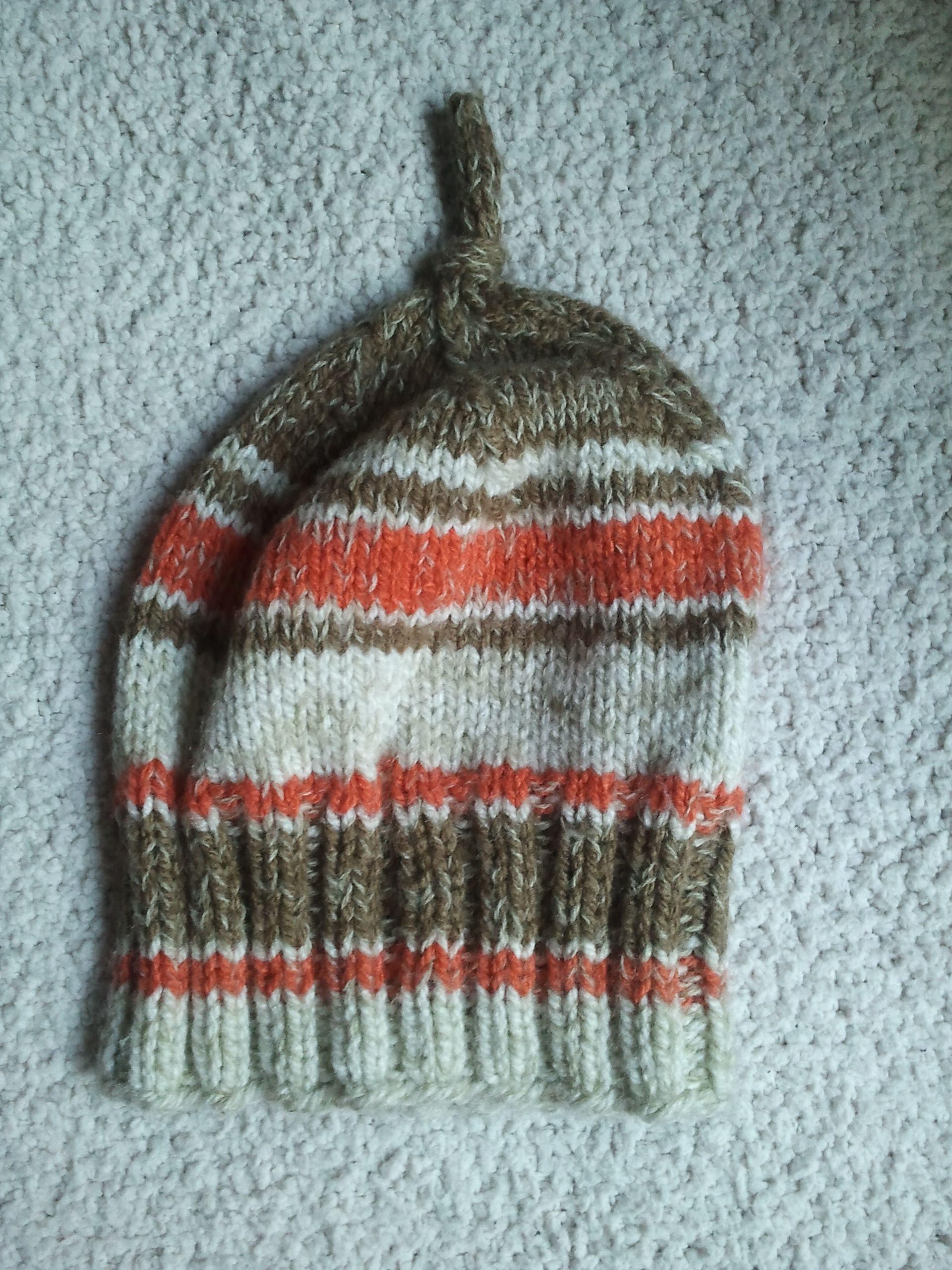 gorro de lana, tejido a palillos, colores crema, naranja y café. Sin Costuras, lana suave hipoalergénica.