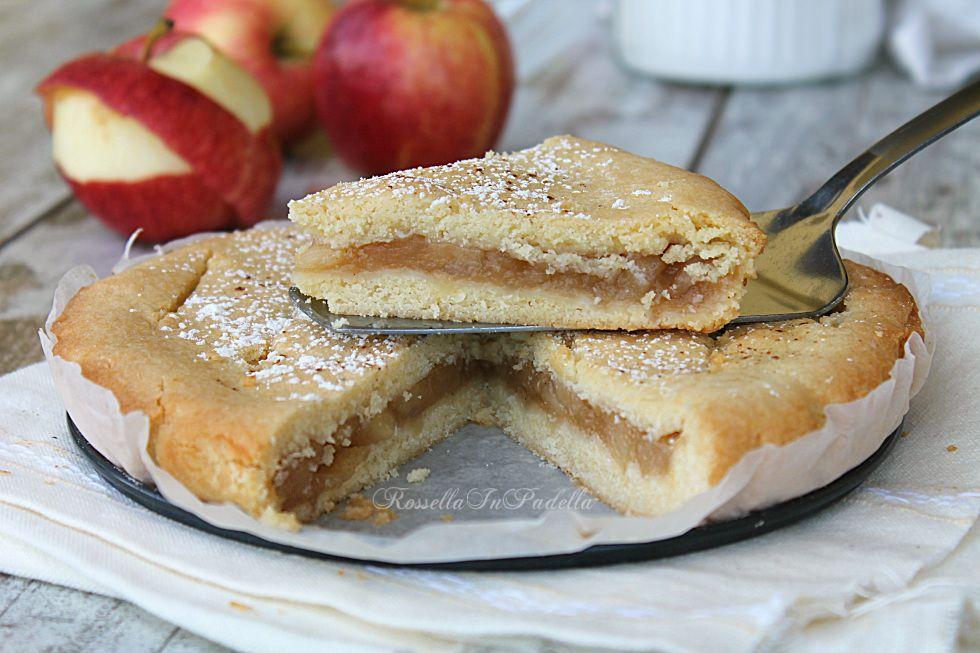 Torta cuor di mela. Una deliziosa frolla morbida e friabile dal tenero ripieno con composta di mele. Simile ai biscotti cuor di mela.
