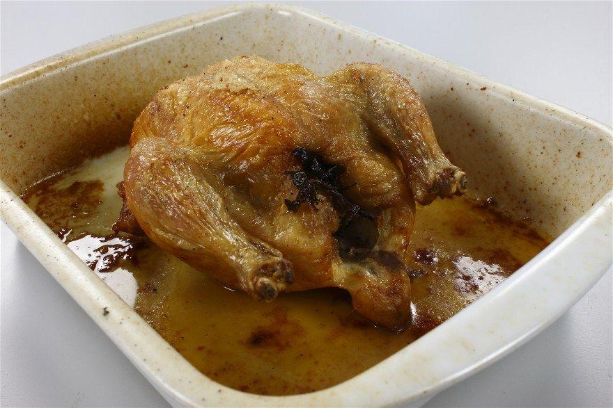 Kyllingen rengøres og duppes tør med et stykke køkkenrulle. Gnid med salt ind- udvendig. <BR> <BR> Kyllingen kan fyldes med frisk persille eller timian. <BR> <BR> Sættes i ovnen ved 200 grader C a