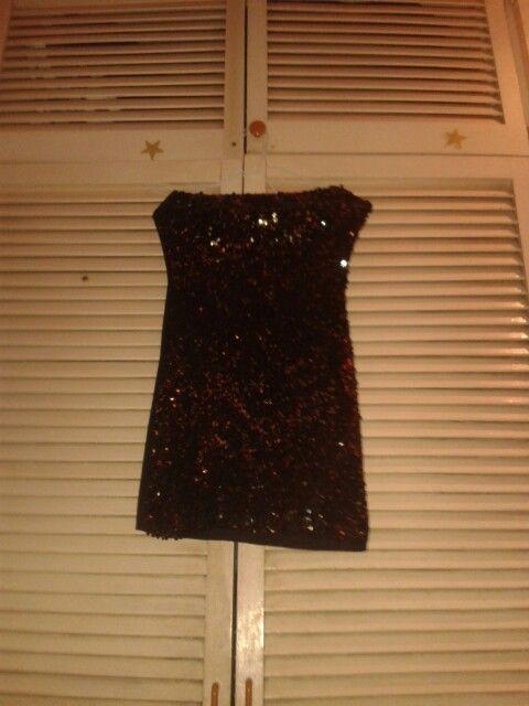 Vestido negro de lentejuelas doradas