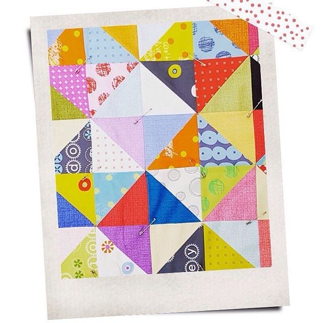 Beautiful quilt using HSTs and the #heydotfabrics from #zenchic. Made by @kelly5305