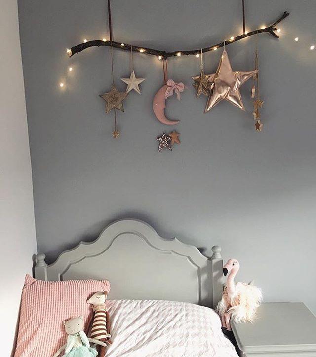 """Photo of Kidsroom & Inspiration ♡ on Instagram: """"Så underbart fint men ändå enkelt med en gren och belysning 😍  Credit: @little_seed_handmade"""""""