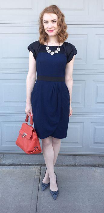 Vestido azul marino y labios rojos
