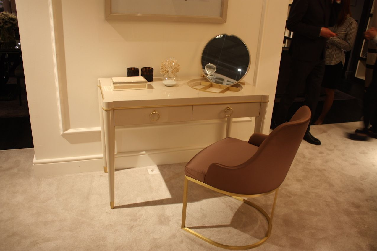 Get Ready In Style With A Luxe Make Up Vanity For Your Bedroom Schminktisch Modern Kleine Tischlampe Schrank Mit Schubladen