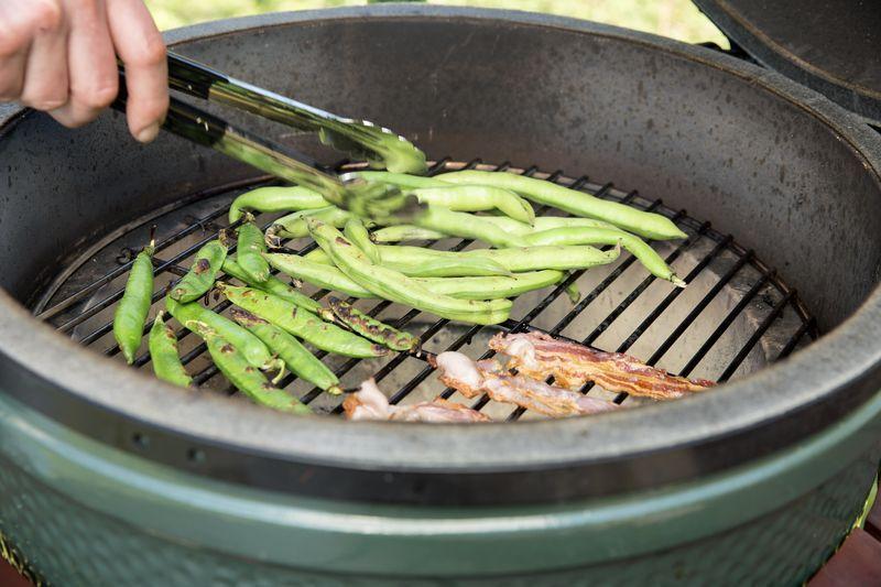 <h4>Lekker groen!</h4>  <hr /> Ook groenten kunnen uitstekend op de Big Green Egg® worden bereid, om zodoende een gezonde, voedzame en volwaardige maaltijd op tafel te zetten. In de maand juni is er een groot aanbod aan groenten om op de Big Green Egg te garen of om een lekkere salade voor erbij te maken. De aardbeien die de pavlova met mascarpone bevat compenseren de zoete zonde van het nagerecht.