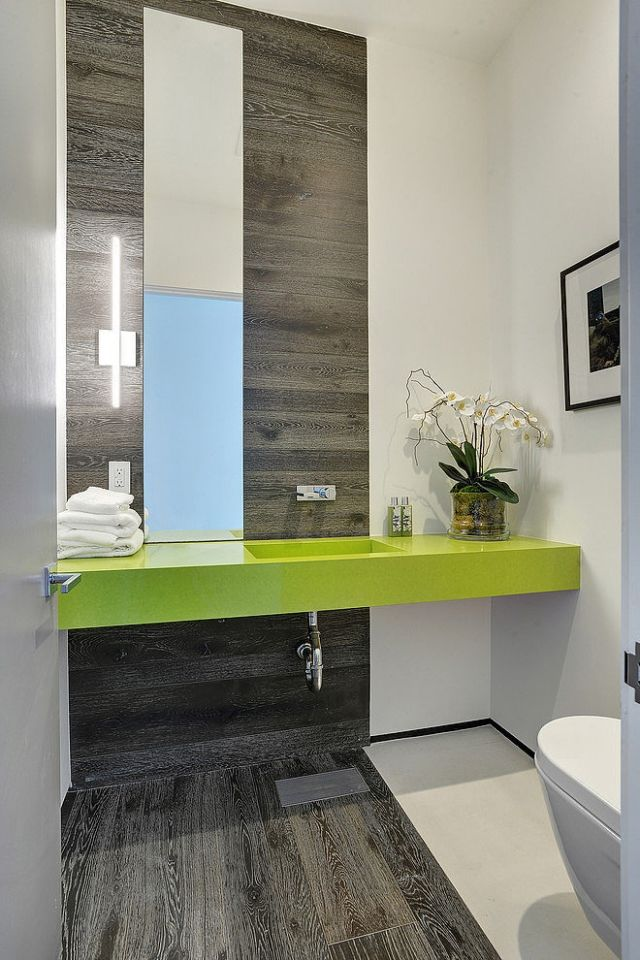Designer-Bad mit Laminat-Verkleidung an Wand und Boden ...