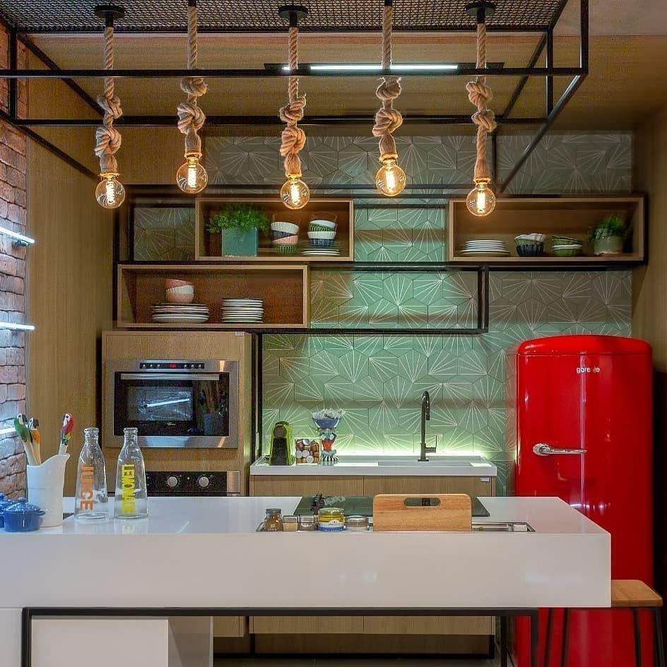 Inspiracao Para Quem Adora O Estilo Industrial Esta Estrutura Metalica Sobre A Bancada Da Cozinha Com Estes Pendentes De Corda Home Home Decor Liquor Cabinet